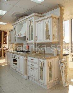 Оригинальная кухня с отделкой под золото и разнообразным декором