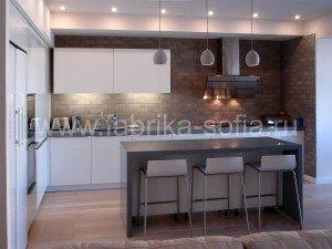 Угловая кухня в простом, светлом стиле с преобладанием минимализма